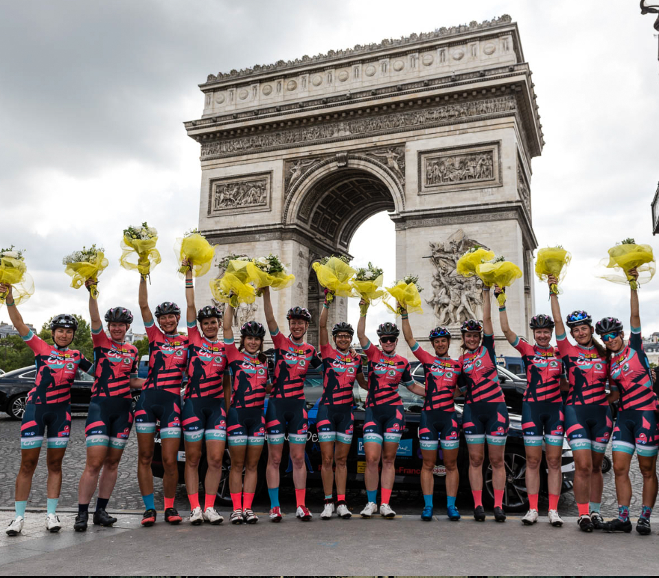 cyclistes femmes sur les champs elysées